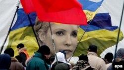Участники Евромайдана в Киеве на фоне портрета Юлии Тимошенко (декабрь 2013 года)