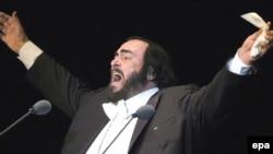 Лучано Паваротті під час виступу, 2004 р.