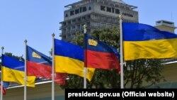 Прапори України і Ліхтенштейну під час візиту принца Алоїза і принцеси Софії, Київ, 6 червня 2018 року