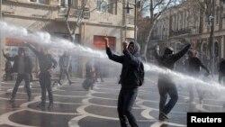 Для разгона протестующих азербайджанская полиция применила водометы. Баку, 10 марта 2013 года.