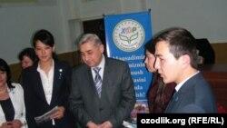 Председатель Народно-демократической партии Узбекистана Хатамжон Кетмонов на встрече с членами партии накануне президентских выборов в 2015 году.