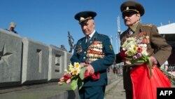 Ветерани покладають квіти до пам'ятника, присвяченого Другій світовій війні. Рига, травень 2013 року