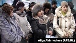 Работницы ресторанного комплекса «Деликатесы» проводят акцию протеста в здании суда Алматинской области, некоторые из них держат плакаты: «Не доверяем судам». Талдыкорган, 21 декабря 2011 года.