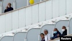 """Пассажиры круизного теплохода """"Даймонд Принсес"""", стоящего в порту Иокогамы. Февраль 2020"""