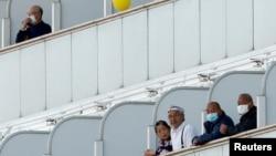 Пассажиры круизного теплохода «Даймонд Принсес», стоящего в порту Иокогамы. Февраль 2020 года.
