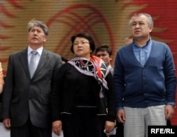 Алмазбек Атамбаев, Роза Отунбаева и Омурбек Текебаев. Май 2010 года.