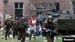 Trupe speciale ruse iau cu asalt şcoala de la Beslan, 3 septembrie 2004