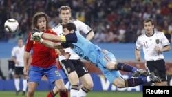 Фрагмент полуфинального матча чемпионата мира по футболу Испания – Германия