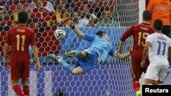 Голкіпер Ікер Касільяс марно намагається відвернути другий гол у ворота збірної Іспанії в матчі з командою Чилі, Бразилія, 18 червня 2014 року