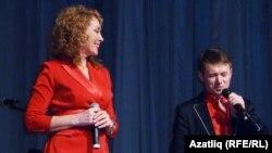 Сәхнә түрендә җырчылар Резеда Шәрәфиева һәм Равил Галиев