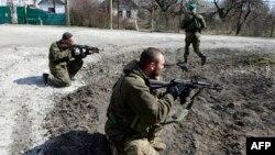 Мариуполь қаласына жақын жерде жүрген ресейшіл сепаратистер. Украина, 20 наурыз 2015 жыл.