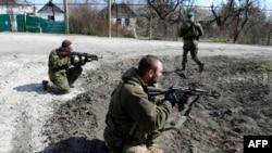 Пророссийские сепаратисты на позициях в Широкино под Мариуполем