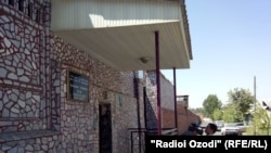 Зиндони рақами як дар маркази Душанбе ва 300 метр дуртар аз қароргоҳи дастгоҳи раёсати ҷумҳурӣ воқеъ шудааст.