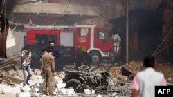 عناصر أمن يتفحصون مكان إنفجار في كربلاء