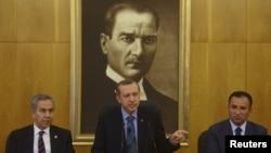 Режеп Тайып Ердоған (ортада), Түркия премьер-министрі Ататүрік әуежайында баспасөз мәслихатын өткізіп тұр. Стамбул, 3 маусым 2013 жыл
