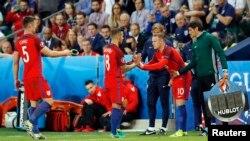 Rooney meydana çıxır.