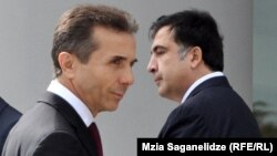 Президент Грузии Михаил Саакашвили (справа) и премьер-министр Грузии Бидзина Иванишвили (слева). Тбилиси, 9 октября 2013 года.