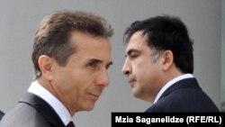 Грузия премьер-министрі Бидзина Иванишвили (сол жақта) және президенті Михаил Саакашвили. Тбилиси, 9 қазан 2012 жыл.