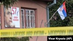 """Fotografia e Oliver Ivanoviqit, e vendosur në ndërtesën e partisë """"Liria, Demokracia dhe Drejtësia"""", në Mitrovicën Veriore"""