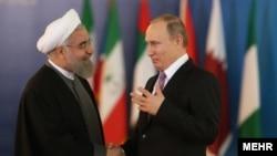Президент России Владимир Путин (справа) и президент Ирана Хасан Роухани.