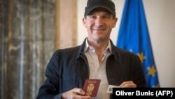 Rejf Fajns (na fotografiji) sve ovo je dobio zahvaljujući jednom pasošu i jednoj inauguraciji: Branislav Trifunović