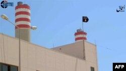 Кадр видеозаписи, в которой, как предполагается, изображен флаг группировки «Исламское государство» над электростанцией в Сирте, Ливия.