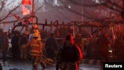Рятувальники біля знищеного вибухом автобуса телевізійників, Кабул, 20 січня 2016 року