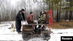 Мужчины на дрезине на железной дороге распивают спиртные напитки. Свердловская область, 18 октября 2015 года.