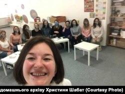 Христина Шабат проводить тренінг з педагогами