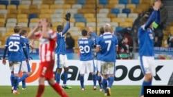 Футболісти «Дніпра» дякують уболівальникам за підтримку після матчу попереднього раунду Ліги Європи з грецьким «Олімпіакосом»