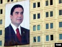 Berdımuhammedovun şəkli Aşqabaddakı bina üzərində