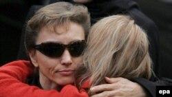 Марина Литвиненко на похоронах мужа