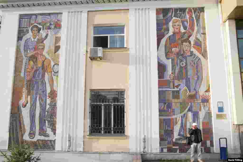Мозаичные панно с изображением рабочих можно встретить и в Казахстане. Вокзал в Астане.
