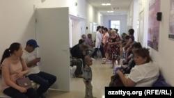 Пациенты в коридоре Бурлинской центральной районной больницы. Город Аксай Западно-Казахстанской области, 14 июля 2015 года.