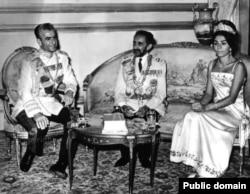 Хайле Селассие вместе с шахом Ирана Мохаммедом Резой Пехлеви и его супругой