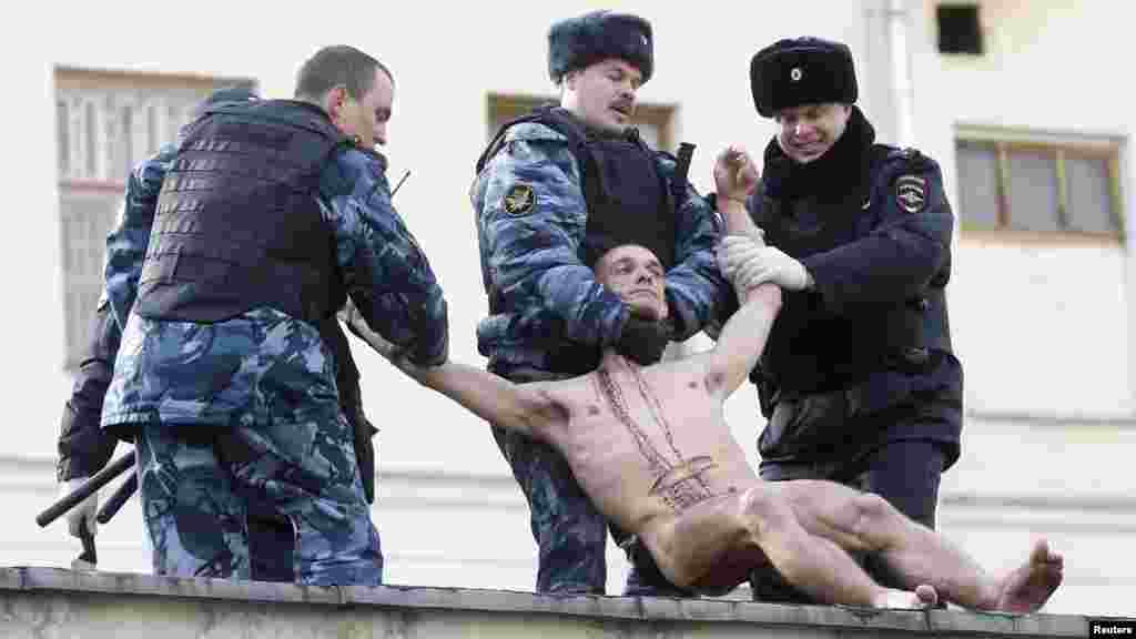 Полиция Павленскийны дивардан сүрәп төшерә