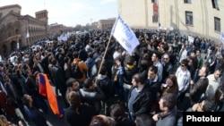 Протестующие в Ереване. 7 марта 2014 года.