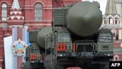 Міжкантынэнтальныя балістычныя ракеты рухаюцца ўздоўж Чырвонай плошчы падчас ваеннага параду на Дзень Перамогі ў Маскве, архіўнае фота, 2011 год