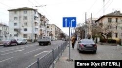 Дорожный знак посреди тротуара