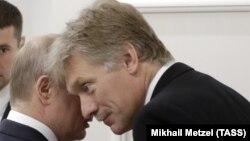 Президент России Владимир Путин и его пресс-секретарь Дмитрий Песков, архивное фото