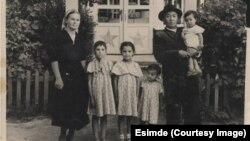 Джусупбек Есеналиев и Алия Хайрова с детьми.