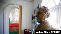 مجسمه حیدر علیاف در یک مسجد جمهوری آذربایجان