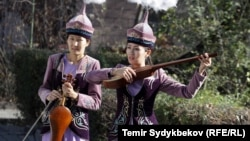 Кыргыз кыздары улуттук аспаптар менен.