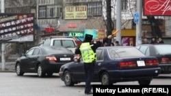 Дорожный полицейский в Алматы. 20 марта 2014 года.