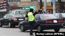 Сотрудник полиции на одной из улиц Алматы. 20 марта 2014 года. Иллюстративное фото.
