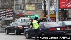 Полицейский регулирует движение на перекрестке. Алматы, 20 марта 2014 года.