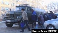 Запасающиеся питьевой водой жители домов, подача воды в которые отключена в результате ЧП на водопроводе. Петропавловск, 4 января 2018 года.
