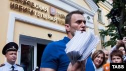 Ռուսաստան - Ալեքսեյ Նավալնին Մոսկվայի ընտրական հանձնաժողովի մոտ, 10-ը հուլիսի, 2013թ․
