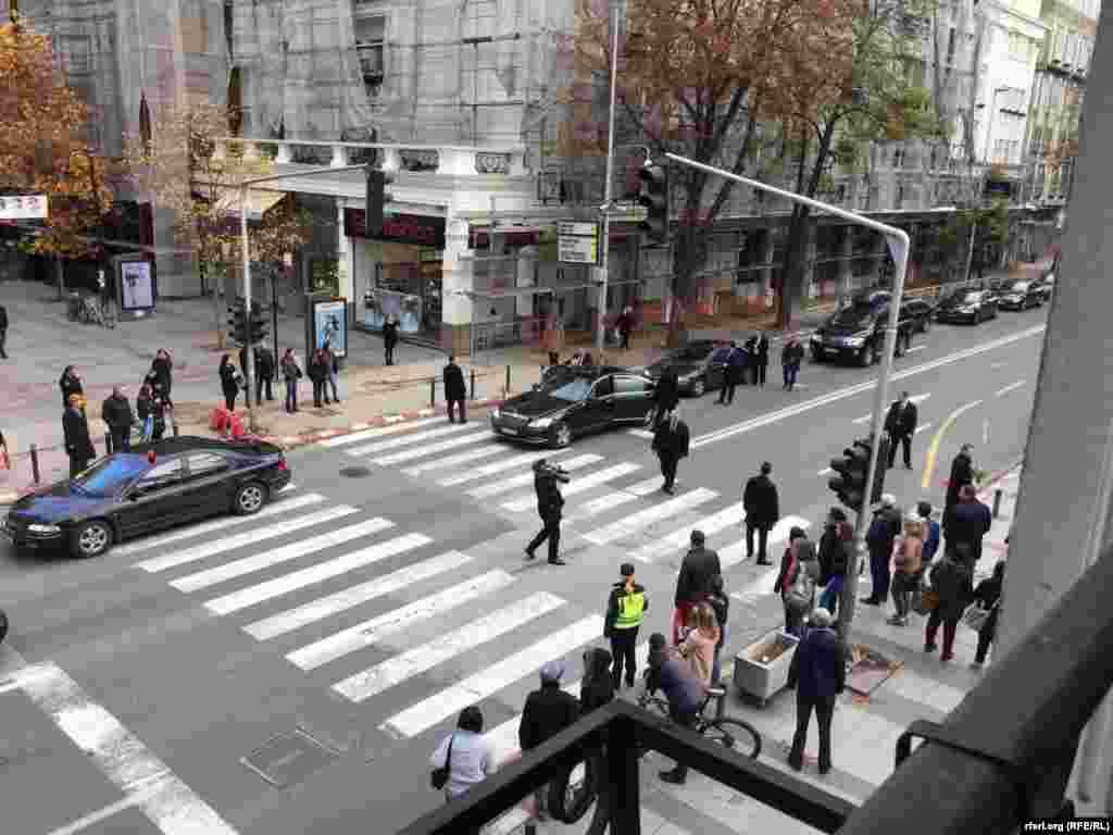 МАКЕДОНИЈА - Автомобилската колона на албанската државна делегација, на чело со претседателот Илир Мета, паркирана во најстрогиот центар на Скопје. Дипломатските возила стоеја во најстрогиот центар на градот околу 20-ина минути додека делегацијата и претседателот Мета беа да ја посетат Спомен-куќата на Мајка Тереза. Албанскиот премиер претходно имаше средба со македонскиот претседател Ѓорѓе Иванов, на кого му ја вети албанската поддршка за Македонија за влез во НАТО, а Иванов за возврат вети дека Македонија ќе и ги пренесе на Албанија своите искуства од патот кон ЕУ.