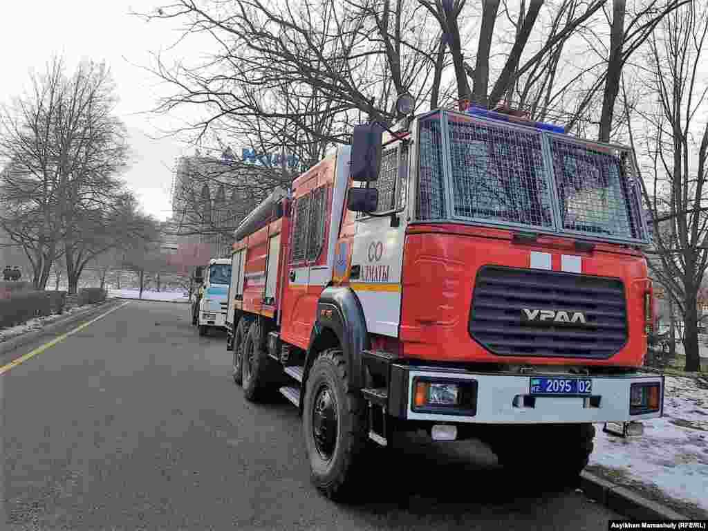 Полицейская и пожарная машины у здания акимата Алматы. Алматы, 16 декабря 2018 года.